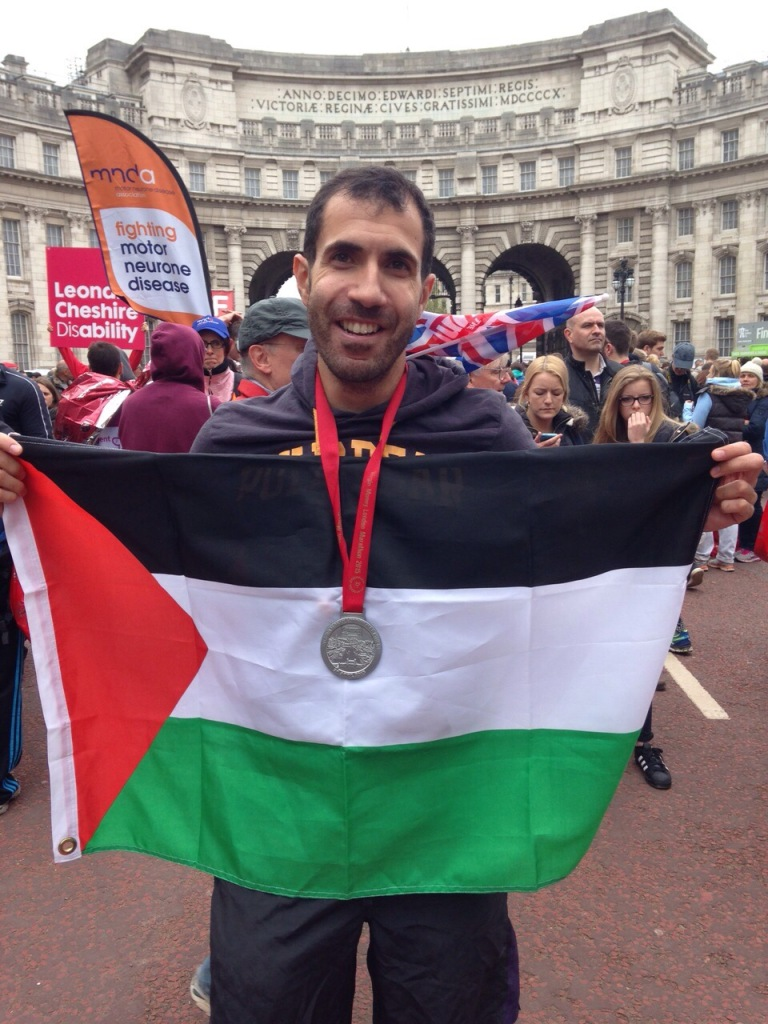 2015 London Marathon, posing with the medal and the Palestinian flag
